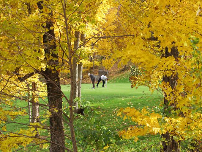 Photos d'un golf en automne au Québec