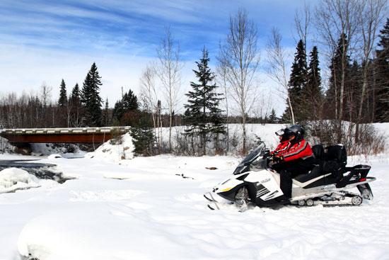 motoneige rivière gelée