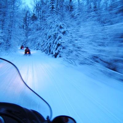 moto des neige la nuit