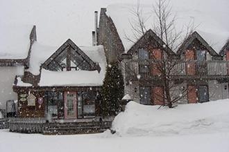 auberge jardin sous la neige