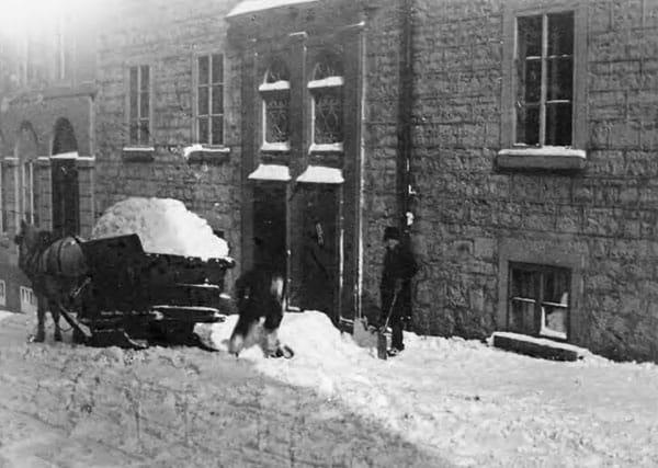 Ramassage de la neige avec des chevaux ville de Québec