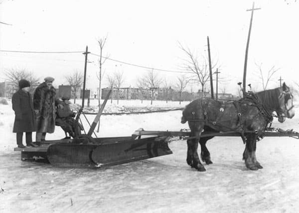 Chasse-neige tiré par des chevaux à Montréal